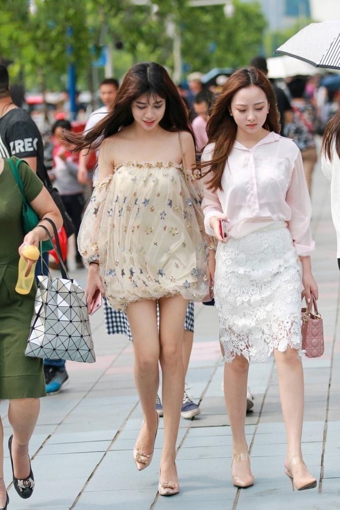 花姐姐_路人街拍,偶遇穿蓬蓬裙的时尚靓丽姐妹花,姐姐淑女妹妹美艳