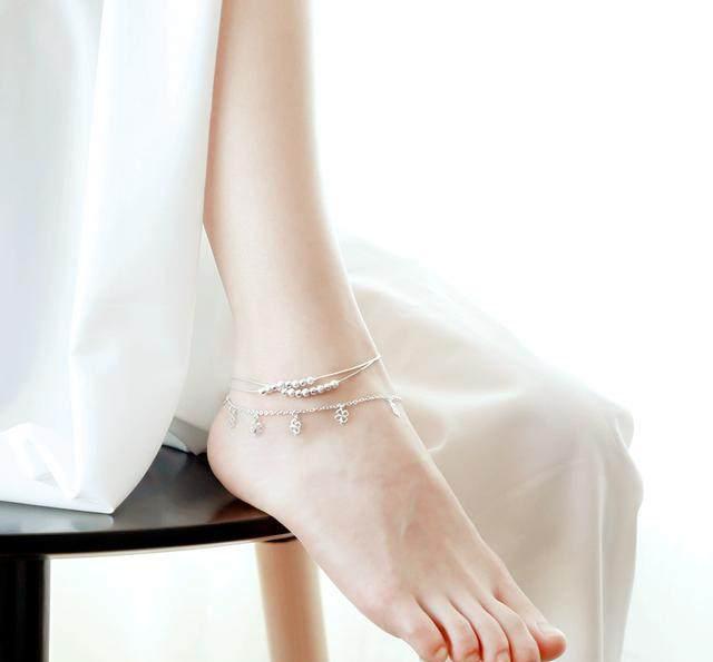 纤细玉足露脚踝,搭上一条精致的小脚链,时髦显脚嫩白!