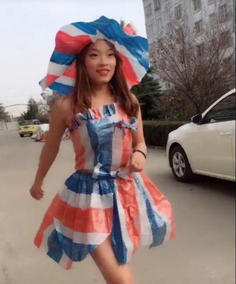 美女穿用编织袋做的裙子走在马路上,这身材不去当模特