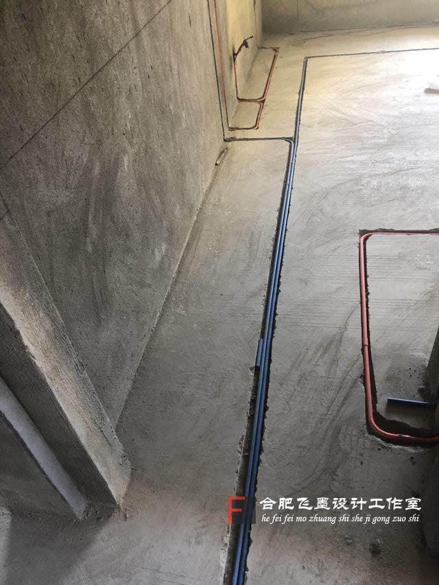 家里装修水电的时候,我看到装修工人在地上铺了很多线管,我知道那是用来穿电线的,但是不明白为什么还分红色和蓝色。我问装修工人怎么不给我用白色的线管,工人说现在都流行这种,既安全又有保障。  装修工人看我一脸懵逼,就给我解释了一番。原来使用的红蓝线管是目前很多装修公司都在用的一种,而白色线管是通用的,也有部分人在用。  线管为什么有红蓝之分? 线管的红蓝色主要是用来分隔强弱电的,红色线管代表强电,比如照明、用电、电器;蓝色线管代表弱电,像电视、电话、音响、网线等。这样区分能够使家庭用电各种线路安装更加专业,让