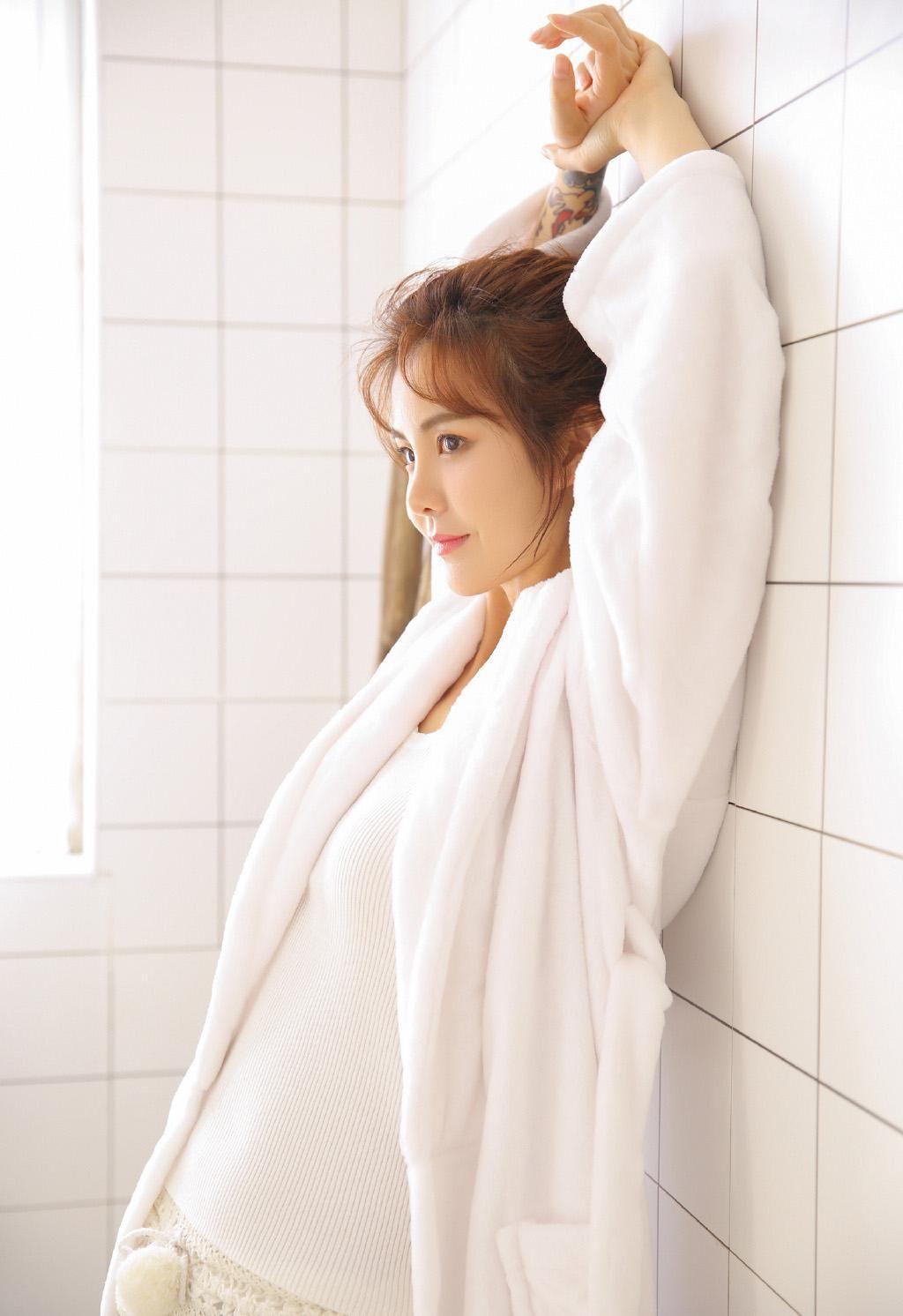 少妇吊带美女图片长腿v少妇性感美女性感丝袜舞浴室热浴巾图片