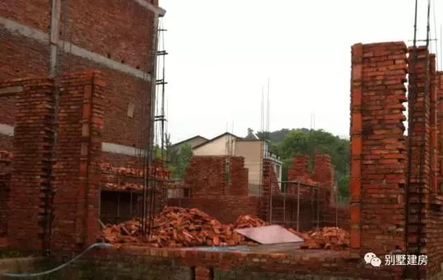 旋转楼梯支模,建这个旋转楼梯一定找专业施工队,一般的农村施工有