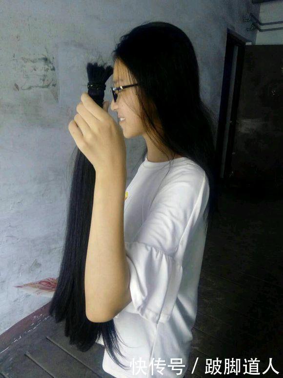 农村女孩剪掉自己的长头发是什么样子的?有点俏皮可爱