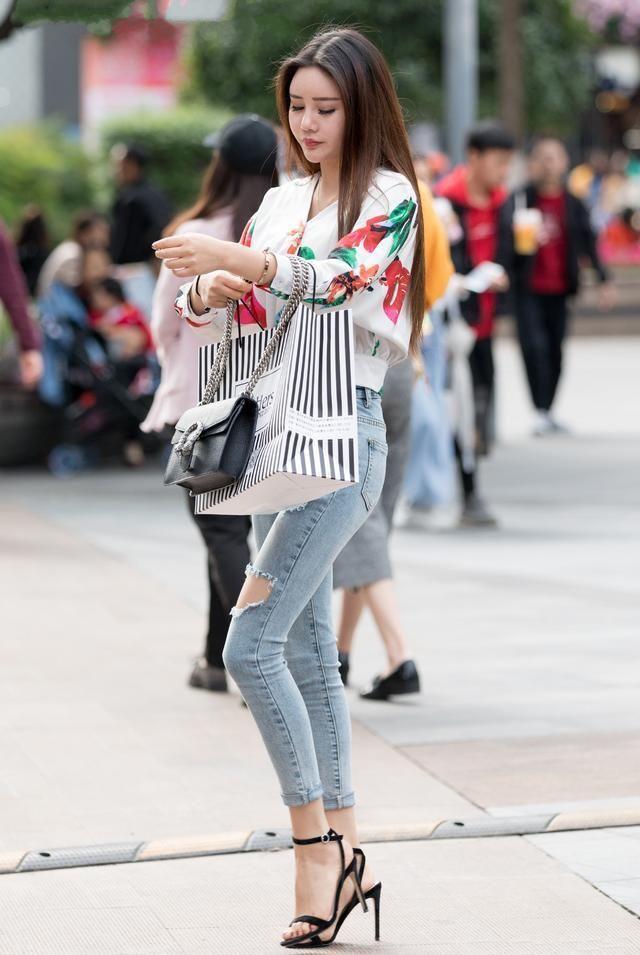 时尚街拍美女:潮流牛仔裤,穿出你的大长腿~ 小姐姐是刚下班回来吗