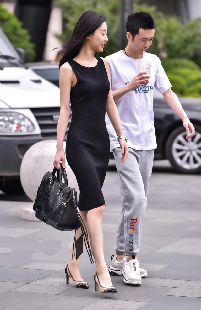 时尚街拍美女:背后小心机的黑色连衣裙很有魅力.
