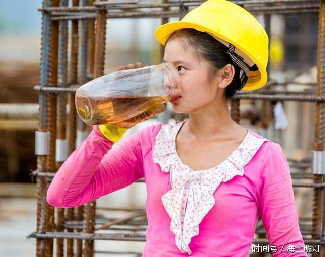 镜头下:90后美女农民工一天的生活 十分辛苦!图片