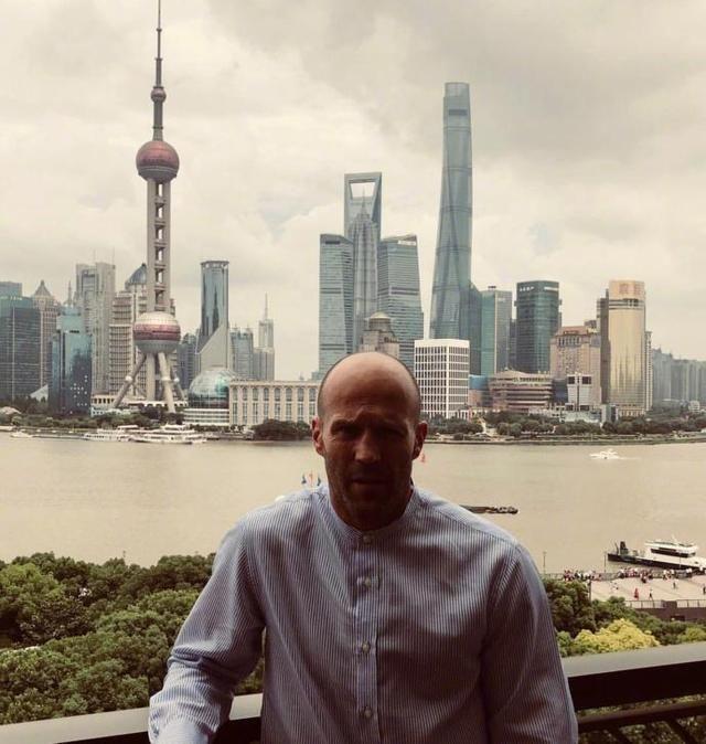郭达既视感的杰森斯坦森上海东方明珠合影,网友:脑袋比明珠还亮