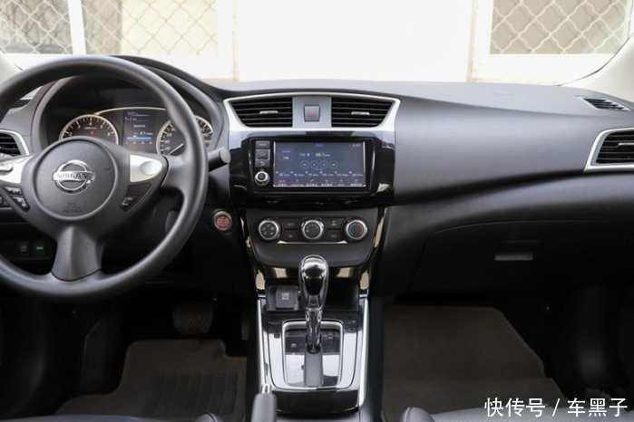 同时新车中控仪表盘为传统的双圆式设计,黑底白字的转速表与时速表