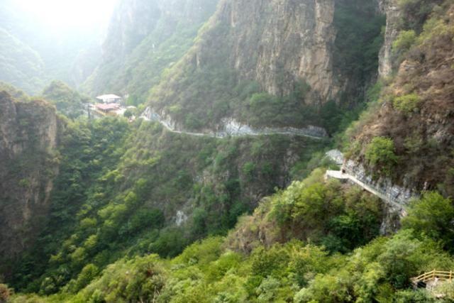 东湖港风景区位于北京房山世界地质公园十渡园区十五渡,与野三坡毗邻