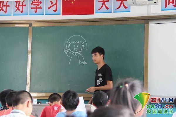 团队成员李御康教留守儿童简笔画.中国青年网通讯员 曾倩雯 摄