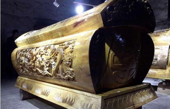 梦见棺材在家里放着还点灯在棺材前