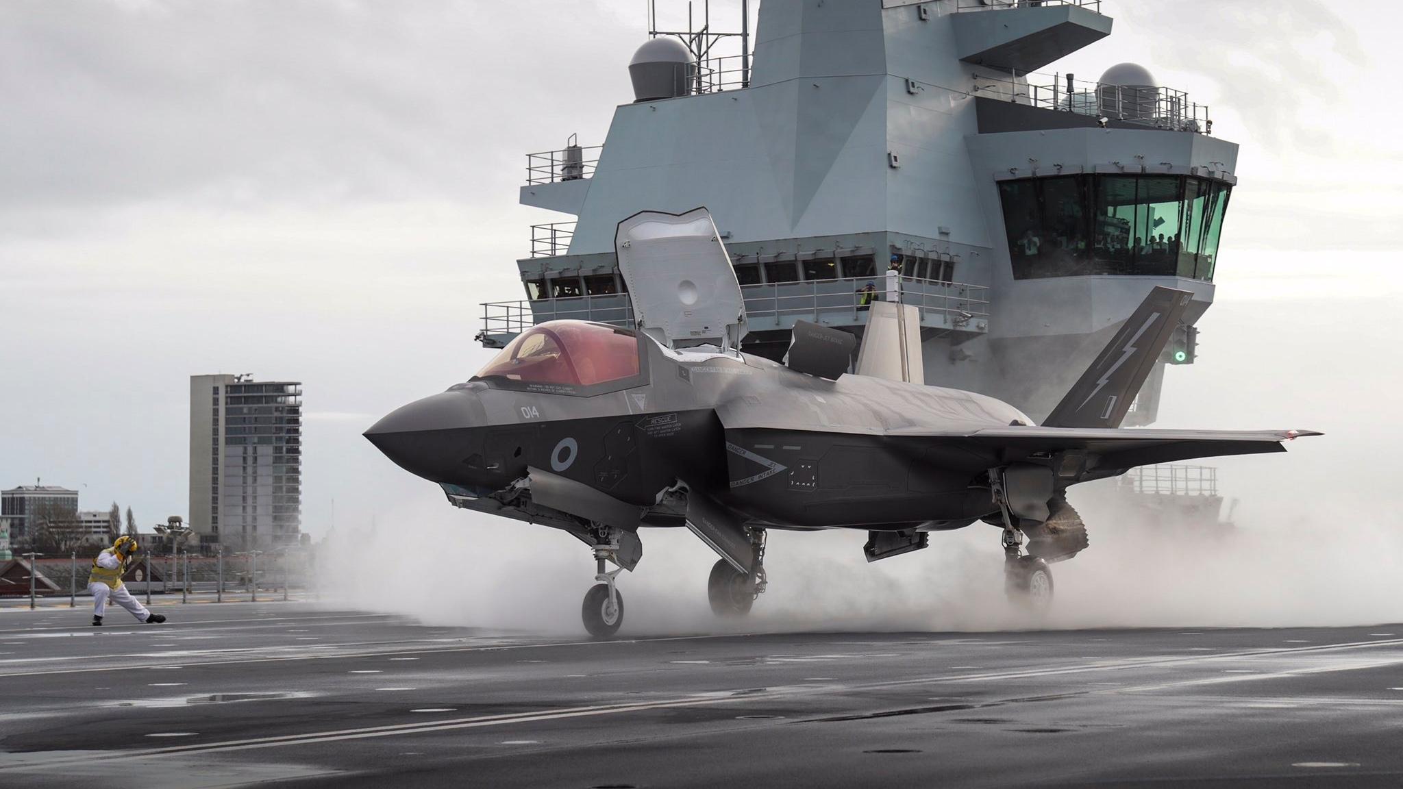 懒得出海?女王号航母在码头起飞F-35B舰载机