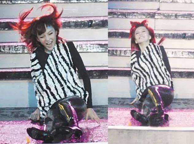 张韶涵摔倒_张韶涵在上海外滩国际音乐盛典,由于下雨天路滑,不慎下楼梯的时候摔倒
