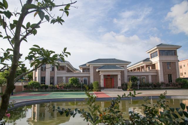 了一大片别墅群,占地巨大,设施齐全,里面有私家花园,游泳池,篮球场等