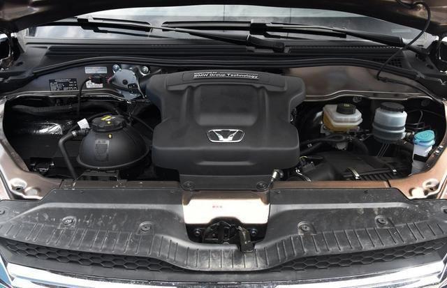 动力上搭载了宝马n20发动机,最大功率为242马力,最大扭矩315牛米,与