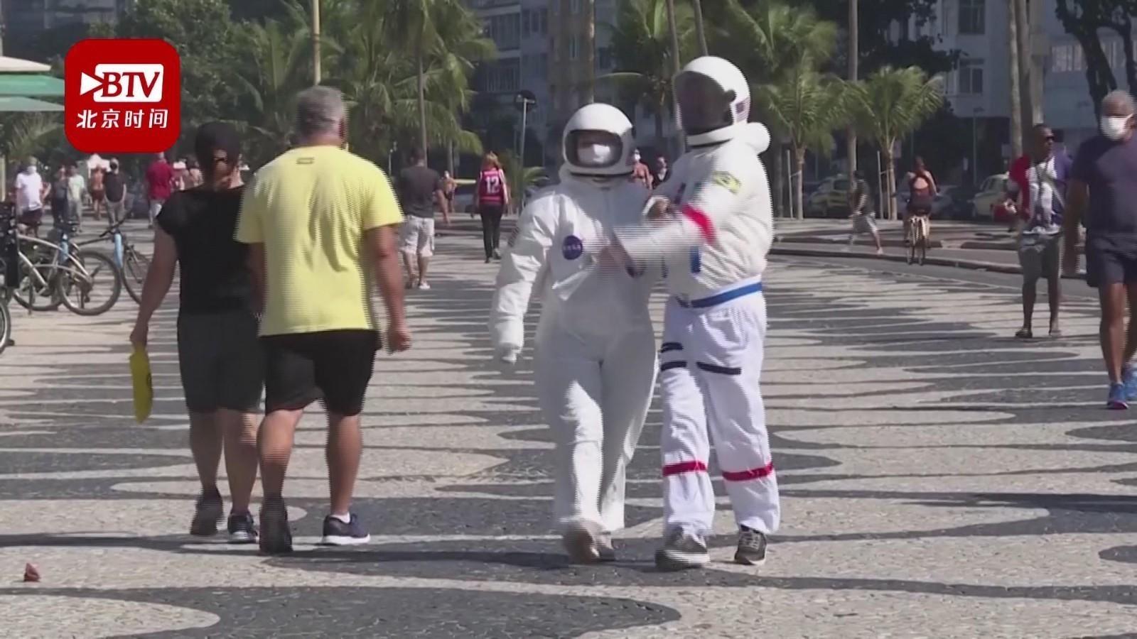 """全方位防疫 巴西夫妇穿""""太空服""""上街"""