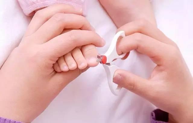 正确方法: 宝宝指甲长度与手指尖相平,不要太短.