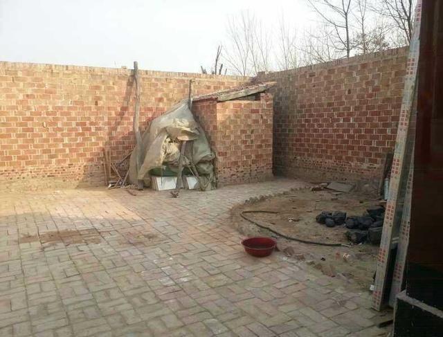 表姐远嫁农村,婚房的浴室好尴尬,卫生间估计很多人都没见过!图片