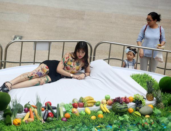欧美大胆人体裸模_东莞一商场现美女人体盛宴 裸模身画水果遮体