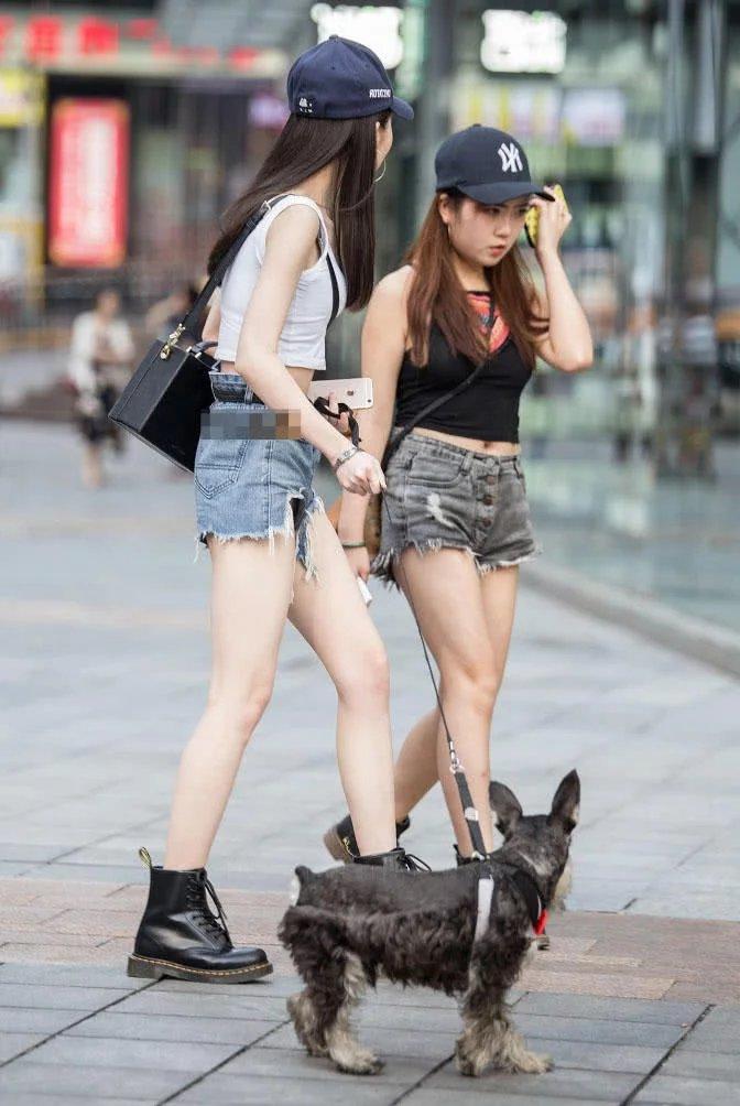 两姐妹小姐姐出街,热裤搭配小背心显曼妙身材,大长腿完胜小短腿