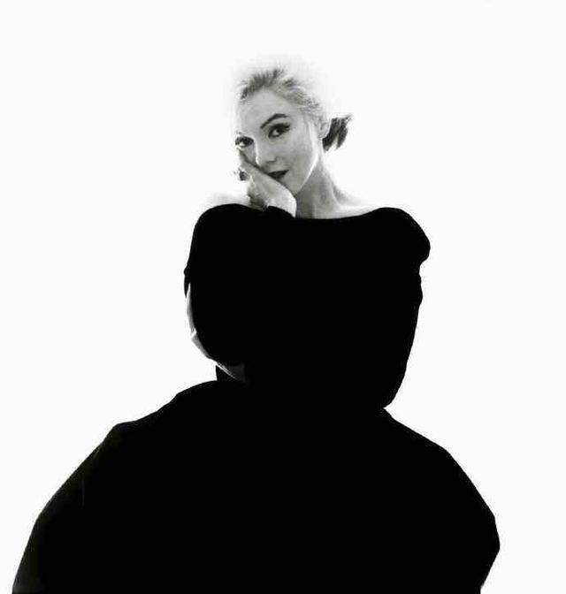 近日,一组梦露身穿dior黑色裙装为vogue拍摄的一组写真被放在社交