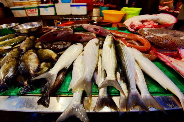 实拍三亚新鸿港市场买海鲜场景