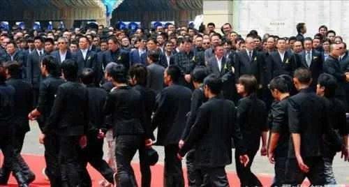 他是香港黑帮大佬级的人物,街头被杀,家人不准备报仇