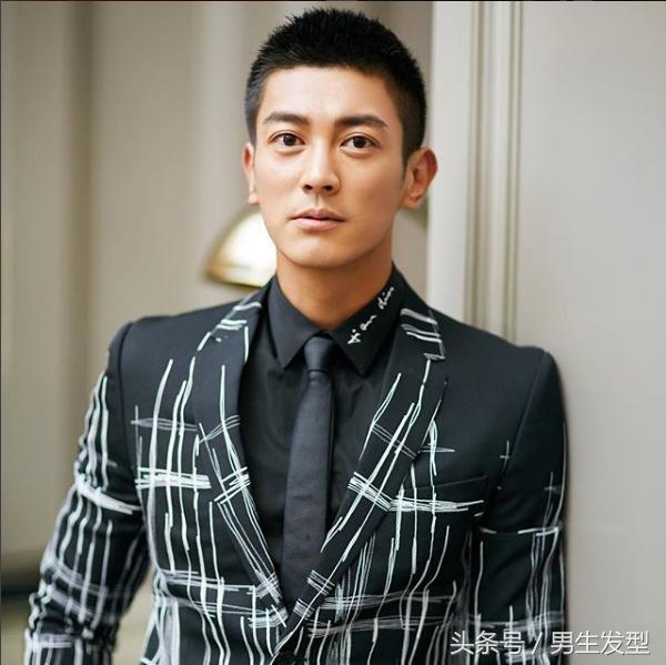 杜江的这款寸头发型非常干净帅气,早上起床也不用过多打理!