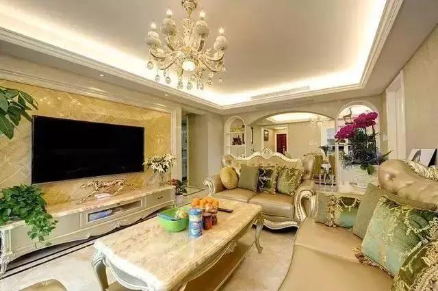 客厅摆放的是欧式沙发显大气,客厅的水晶吊灯显华丽,地板瓷砖同家具