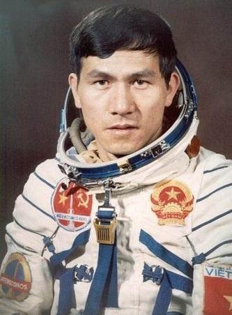 中国第二批男航天员首亮相 在意大利洞穴训练 神舟11号航天员乘组完成