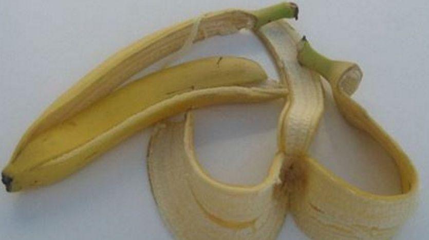 准备材料:香蕉皮,阿司匹林 使用步骤:先把阿司匹林擀碎成粉末备用