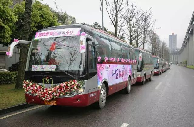 大巴车的外面贴上了喜庆的鲜花,喜字,祝福等.