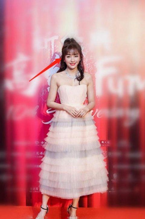 """秦岚不过换了个平刘海卷发,就成了""""童颜女王"""",这发型真心美!图片"""