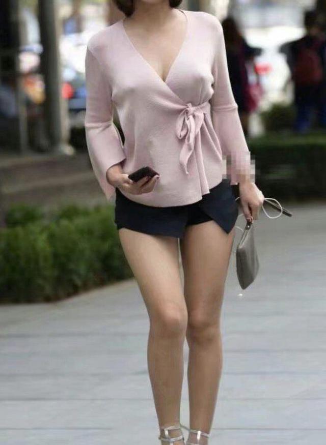 身材比例比较好的美女,更需要一条牛仔裤来展示出你独特的美!