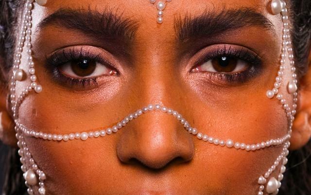 这名女模特的每一根眉毛,粘在脸部的每一颗珍珠(甚至是珍珠用的胶水)