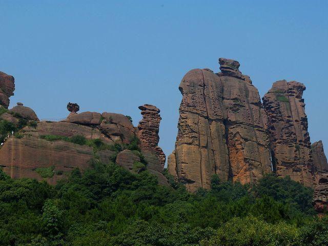 龟峰 龟峰风景名胜区位于江西省弋阳县城区西南部,因景区内有无数