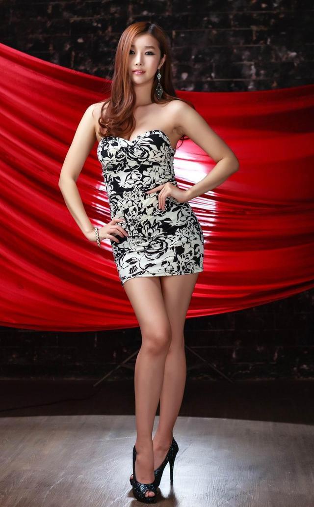 休闲舒适的短裙提高衣品显时尚,潮流高跟鞋穿出长美腿热辣妖艳指数图片