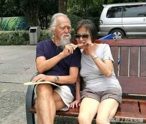 82岁的王德顺搂着87岁模特,啥感觉?网友:看表情就知道