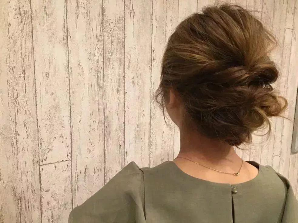④ 将右侧的头发缠进步骤②中绑起来的头发空隙里.