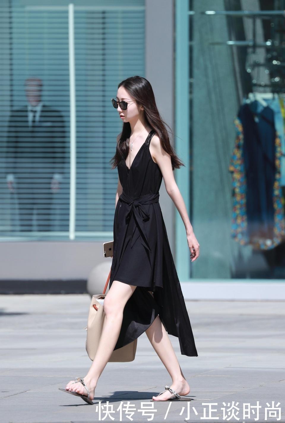 街拍:美女露肩裙+黄色防水靴,白色用手遮着鼻视频裤头女生添图片