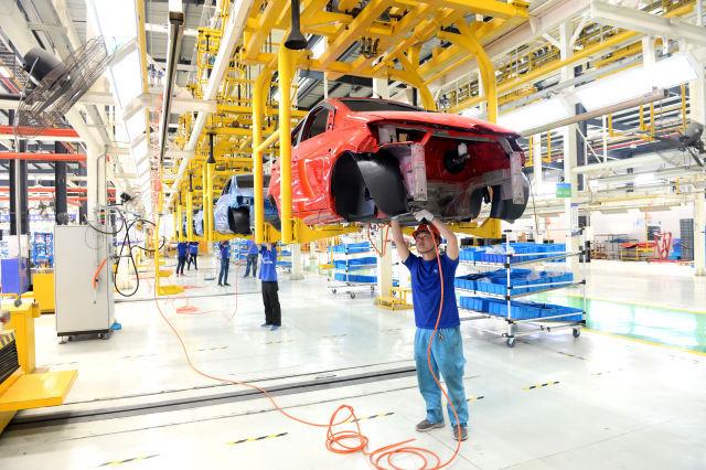 5月14日,工人在江苏如皋陆地方舟电动汽车生产线上工作.