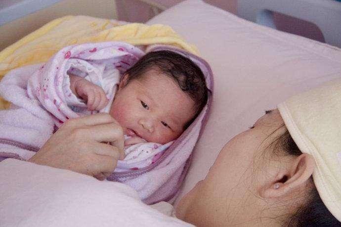 宝宝刚出生, 这四种人再亲也不能抱孩子, 不然受伤的是宝宝