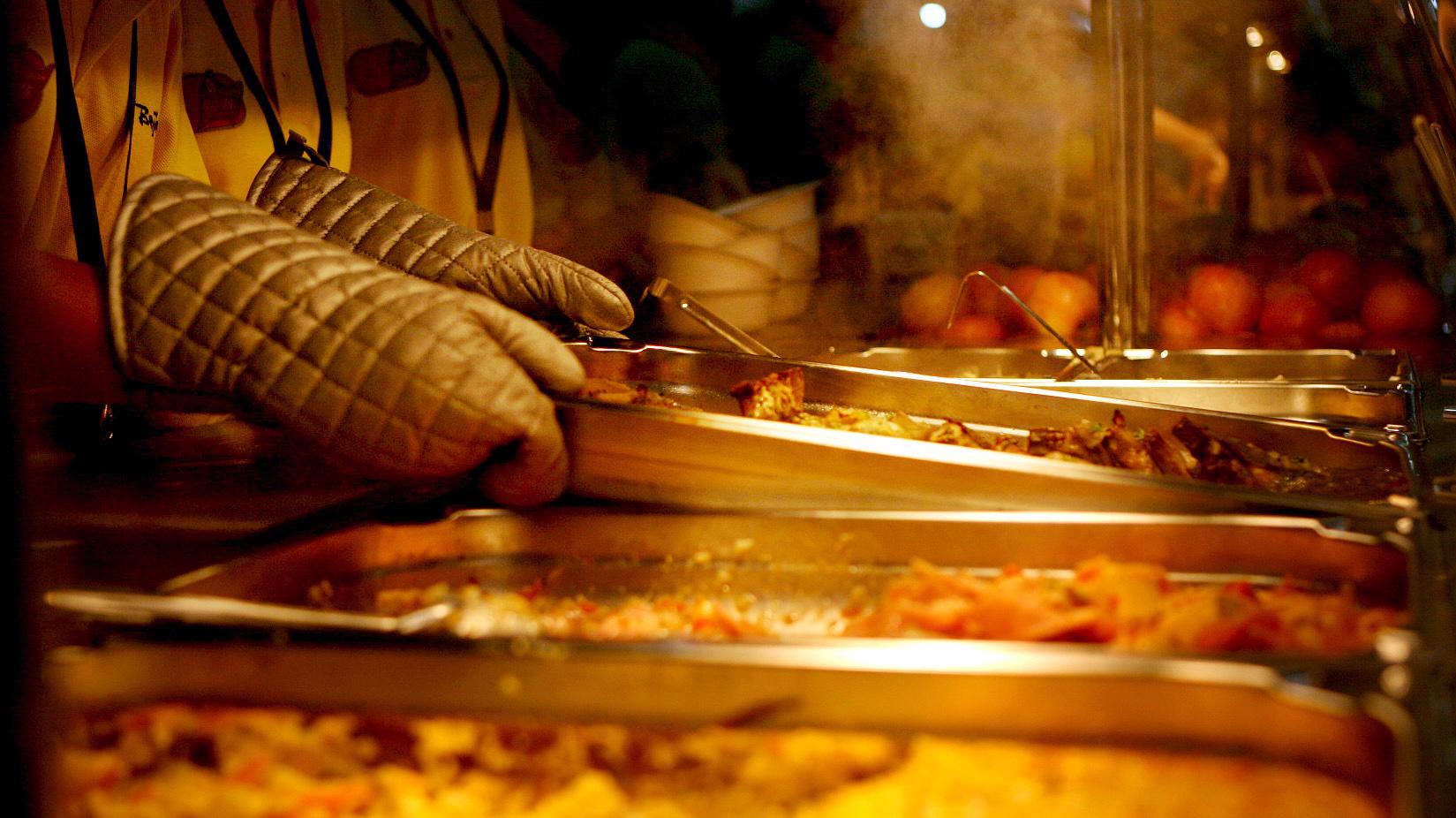 """在不少人的记忆里,曾经藏着这样的一道美味的""""零食""""――猪油渣。她清楚记得,改革开放之初,大家买肉都愿意买肥肉,回来后好炼油炒菜,剩下的油渣就成了孩子们难得的美食。改革开放四十年,随着生活水平的不断提高,餐桌上也发生了翻天覆地的变化,油渣这个当年的美食已经在很多家庭的餐桌上消失了,大家倾向的已不仅仅是""""吃的饱"""",更要""""吃的好""""""""吃的安心。"""""""