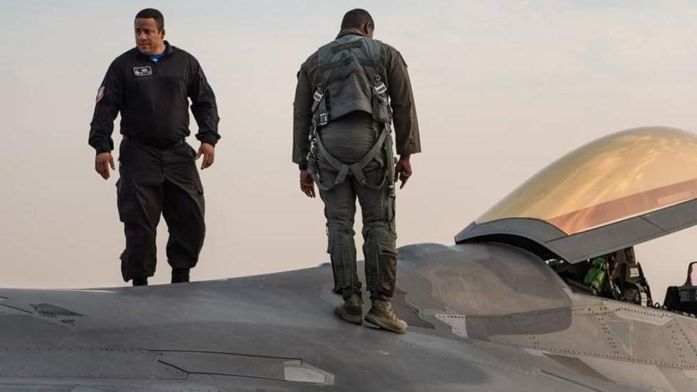 迪拜航展美军地勤穿军靴直接踩F22引争议