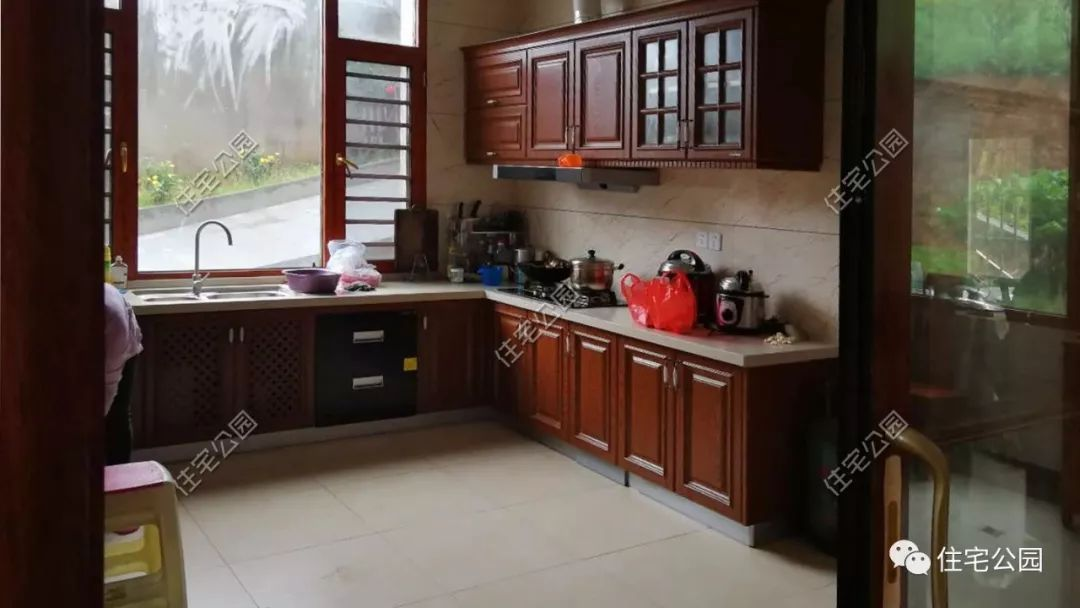 当然在现代厨房之外,家中更是准备了农家土灶;虽然现代厨房使用方便