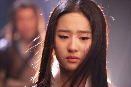 在《神雕侠侣》中刘亦菲饰演的不是人间烟火的小龙女,她哭起来楚楚动