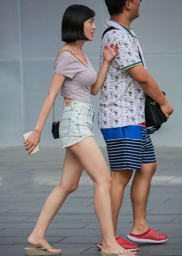 街拍美女:丰盈极致女神,网站洁白大长腿,颜值满短裤视频软件美女图片