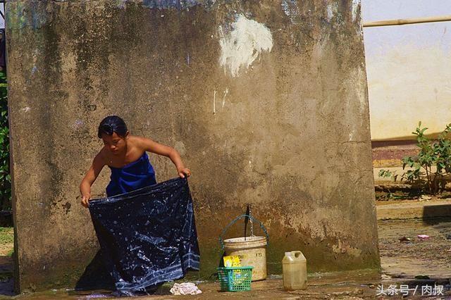 老挝重返第11天,在公路边放屁的少女,行走老挝洗澡女生爱图片