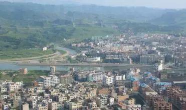施秉县平均海拔800米左右,气候温暖湿润.