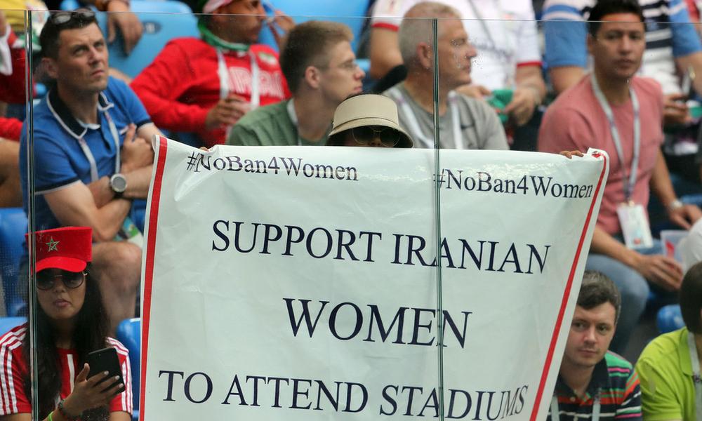 世界杯场内现抗议标语 呼吁伊朗允许女性入场看球